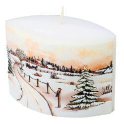 Svíčka elipsa krajinka 110/45/110-Kvalitní svíčka s malebnou kresbou zimní krajiny, která navodí tu správnou zimní atmosféru ve vašem interiéru. Hoří dlouho s jasným plamenem. Kvalita hoření je velmi vysoká. Svíčky jsou vyrobeny ze zdravotně nezávadného parafinu vysoké kvality.  Barva: Bílá s jemným dekorem zimní krajiny Váha: 210 g Rozměry: 110x45 mm