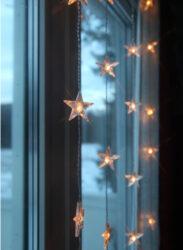 LED závěs s hvězdami-Velmi elegantní závěs s hvězdičkami LED STARS pro vnitřní použití.  Svítí teplou světlou barvou, má průhledný kabel a napájí se ze sítě. Ideální pro navození sváteční nálady za dlouhých zimních večerů.