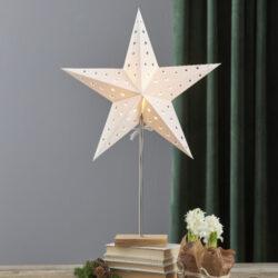Lampa Leo stínítko + hvězda-Praktická a elegantní stolní lampa se stínítkem ve tvaru hvězdy, která je vhodná do interiéru na výzdobu během Vánoc a zimních měsíců. Po zbytek roku můžete stínítko vyměnit za klasický tvar. Lampa má stabilní podstavec, který lze umístit například na okenní parapet, podlahu nebo komodu.   Sada obsahuje 2 stínítka a jednu základnu.