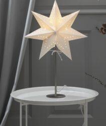 Stolní lampa STAR Bobo-Moderní stolní lampa se stínítkem ve tvaru hvězdy, která vhodná do interiéru na výzdobu během Vánoc nebo na každý den. Lampa má stabilní podstavec, který lze umístit například na okenní parapet, podlahu nebo komodu.   Balení neobsahuje LED žárovky.