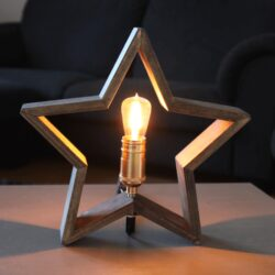 Stolní hvězda LYSeKIL hnědá-Hnědá lampa ve tvaru hvězdy s LED osvětlením se bude vyjímat mezi interiérovými dekoracemi, nebo bude také sloužit i jako lampa na stůl, komodu, toaletní stolek nebo na noční stolek.  Tvar hvězdy je velmi populárním dekoračním prvkem, který bude zdobit interiér po dobu celého roku a ne jenom přes sváteční období.