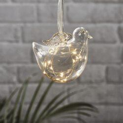 Dekorace Bird závěsná-Skleněná vánoční dekorace ve tvaru ptáčka k zavěšení s LED podsvícením. Baterie napájená přes bateriovou skříňku na konci kabelu. Uvnitř tenký drát DEW DROP s mikroLED, které dodávají neuvěřitelně teplou barvu a jemné, romantické světlo.