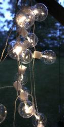 Světelný řetěz Partaj-Světelný řetěz se 16 LED světly o průměru 6 cm. Ideální jemné světlo, které navodí tu správnou atmosféru nejen po celou zimní a sváteční sezónu, ale je vhodná i na celoroční použití. Vyjímat se bude i při teplé letní noci.  Barva světla: TEPLÁ BÍLÁ. Délka: 4,5 m. Napájecí kabel: 5 metrů. Pro vnitřní i venkovní použití: IP44.