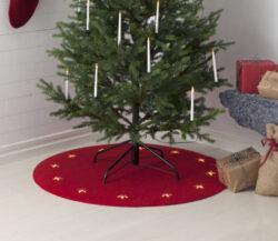 Podložka pod stromeček s osvětlením červená, průměr 100 cm-Krásná červená podložka pod vánoční stromeček. Rohož obsahuje 12 LED hvězd. Je široká a odolná, díky čemuž kromě skvělé dekorace, chrání podlahu před poškrábáním. Led hvězdičky jsou napájeny ze zásuvky 230 V.