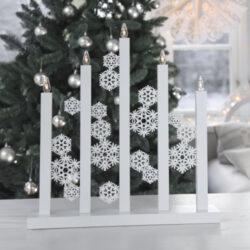 Svícen Snowfall-Elegantní svícen s motivem sněhových vloček, který může být používaný přes celou zimu a ne jen přes sváteční dny. Svícen se bude perfektně hodit ke klasickému interiéru nebo pro milovníky minimalismu a skandinávského stylu. Svícen může zdobit parapet, komodu nebo i vánoční stůl. Krásný a moderní svícen s paticí E10, ke kterému můžete pořídit velmi pěkné žárovky s odpovídající barvou světla a výkonem.