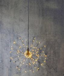 Světelná dekorace Firework 26 cm x 26 cm-Závěsná LED FIREWORK dekorace, efekt umělého ohňostroje a je napájeno 230V. Dekorace využívá technologii DEW DROP - kapku rosy. Tenké dráty s mikroledy, které mají vysokou svítivost a nízkou spotřebu energie.