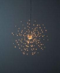 Světelná dekorace Firework 50 cm x 50 cm-Závěsná LED FIREWORK dekorace, efekt umělého ohňostroje a je napájeno 230V. Dekorace využívá technologii DEW DROP - kapku rosy. Tenké dráty s mikroledy, které mají vysokou svítivost a nízkou spotřebu energie.
