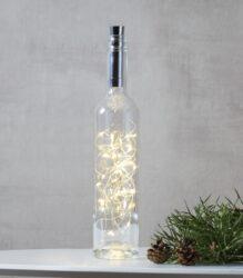 Světelná dekorace Dew Drop do láhve 40 LED-Dekorativní řetízek DEW DROP, který je skvělý pro celoroční použití nebo pro ozdobení vánočního stolu, oken, dveří, vhodné i pro použití při oslavě Valentýna. Tenké dráty s mikroledy, které atraktivně a jemně září, vytvářejí teplou a atmosférickou atmosféru. Moderní dekorativní řetízky DEW DROP - kapka rosy.