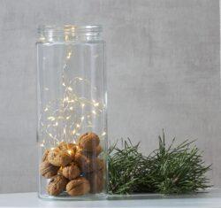 Světelná dekorace Dew Drop do nádoby 40 LED-Dekorativní řetízek DEW DROP, který bude skvělou ozdobou stolu, komody nebo poličky nebo při jakékoliv oslavě během celého roku, vhodné i pro použití při oslavě Valentýna.  Tenké dráty s mikroledy, které atraktivně a jemně září, vytvářejí teplou a příjemnou atmosféru. Moderní dekorativní řetízky DEW DROP - kapka rosy.
