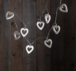Světelný řetěz Woodworks Srdce-Světelný řetěz s tvary srdíček a drobnými LED diodami. Ideální k ozdobení stolu, zrcadla, okna, parapetu či poličky. Řetěz ve formě tenkého drátu lze snadno formovat. Napájení z baterie. Má vestavěný časovač