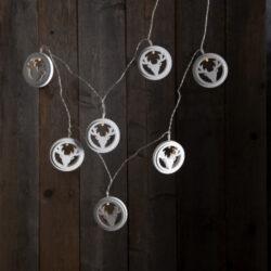 Světelný řetěz Woodworks Jelen-Světelný řetěz s motivem jelena a drobnými LED diodami. Ideální k ozdobení stolu, zrcadla, okna, parapetu či poličky. Řetěz ve formě tenkého drátu lze snadno formovat. Napájení z baterie. Má vestavěný časovač.