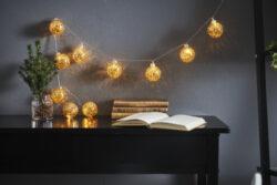 Světelný řetěz Glitter zlatý-Světelný řetěz zdobený 10 skleněnými kuličkami se zlatou ozdobou. Provoz na baterie s funkcí časovače.