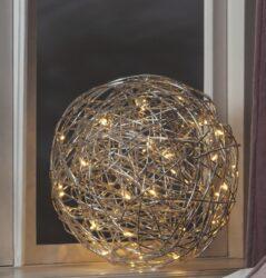 Venkovní dekorace Trassel 30 cm-Velmi efektní světelná koule vyrobená z drátu. Projekt Charlotte Falck. LED podsvícení v teplé bílé barvě. Dekorace přizpůsobená vnějším podmínkám: IP44.