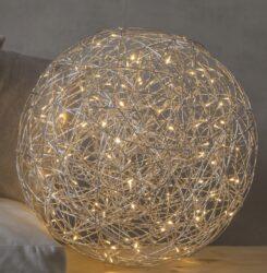 Venkovní dekorace Trassel 50 cm-Velmi efektní světelná koule vyrobená z drátu. Projekt Charlotte Falck. LED podsvícení v teplé bílé barvě. Dekorace přizpůsobená vnějším podmínkám: IP44.