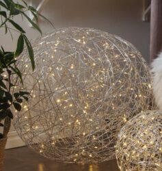 Venkovní dekorace Trassel 77 cm-Velmi efektní světelná koule vyrobená z drátu. Projekt Charlotte Falck. LED podsvícení v teplé bílé barvě. Dekorace přizpůsobená vnějším podmínkám: IP44.
