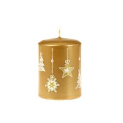 Svíčka Moments Gold 60x80 Unipar-Tento design zlaté svíčky má své kouzlo v jednoduchosti a jemnosti vánočních dekorů, které jsou pocukrované bílým třpytem.  Barva: zlatá s vánočním dekorem Velikost: střední (60x80 mm) Doba hoření: 32 hodin Tvar: válec  V nabídce i svíčka Moments Gold 70x105 mm s dobou hoření 48 hodin.