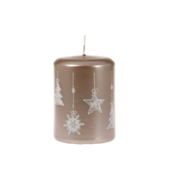 Svíčka Moments Mocca 60x80 Unipar-Tento design zlaté svíčky má své kouzlo v jednoduchosti a jemnosti vánočních dekorů, které jsou pocukrované bílým třpytem.  Barva: moka s vánočním dekorem Velikost: střední (60x80 mm) Doba hoření: 32 hodin Tvar: válec  V nabídce i svíčka Moments Mocca 70x105 mm s dobou hoření 48 hodin.