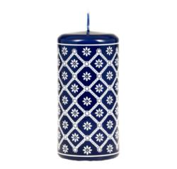 Svíčka s motivem z Valašska - modrá 60x120 Unipar-Prémiová ručně vyráběná svíčka inspirovaná modrotiskem a dekorem z Valašska.  Barva: modrá Velikost: střední (60x120 mm) Doba hoření: 48 hodin Tvar: válec