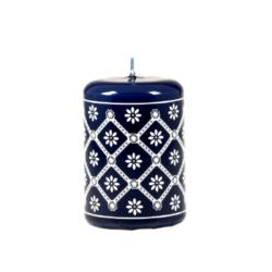 Svíčka s motivem z Valašska - modrá 50x70 Unipar-Prémiová ručně vyráběná svíčka inspirovaná modrotiskem a dekorem z Valašska.  Barva: modrá Velikost: malá (50x70 mm) Doba hoření: 17 hodin Tvar: válec