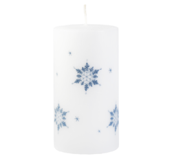 Svíčka Ice Nature White Vánoční 80x150 Unipar-Prémiová vánoční svíčka v matné bílé barvě s šedým motivem sněhových vloček. Přírodní vzhled je dotvořen ručně škrábaným povrchem.  Svíčka je bez balení.  Barva: bílá s dekorem sněhových vloček Velikost: velká (80x150 mm) Doba hoření: 87 hodin Tvar: válec